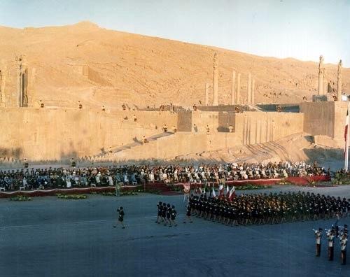 Şah'ın Ak Devrim sonrası kadınlardan oluşturulan askeri  birlikler geçit töreninde.jpg