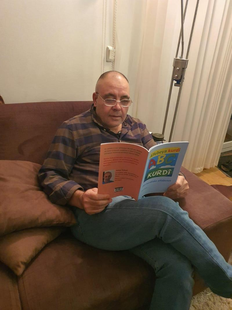 """Norveç'te, ilk Kürtçe kitap, """"Alfabeya Kurdi"""" yayınladı (Ahmed Mirza).jpg"""