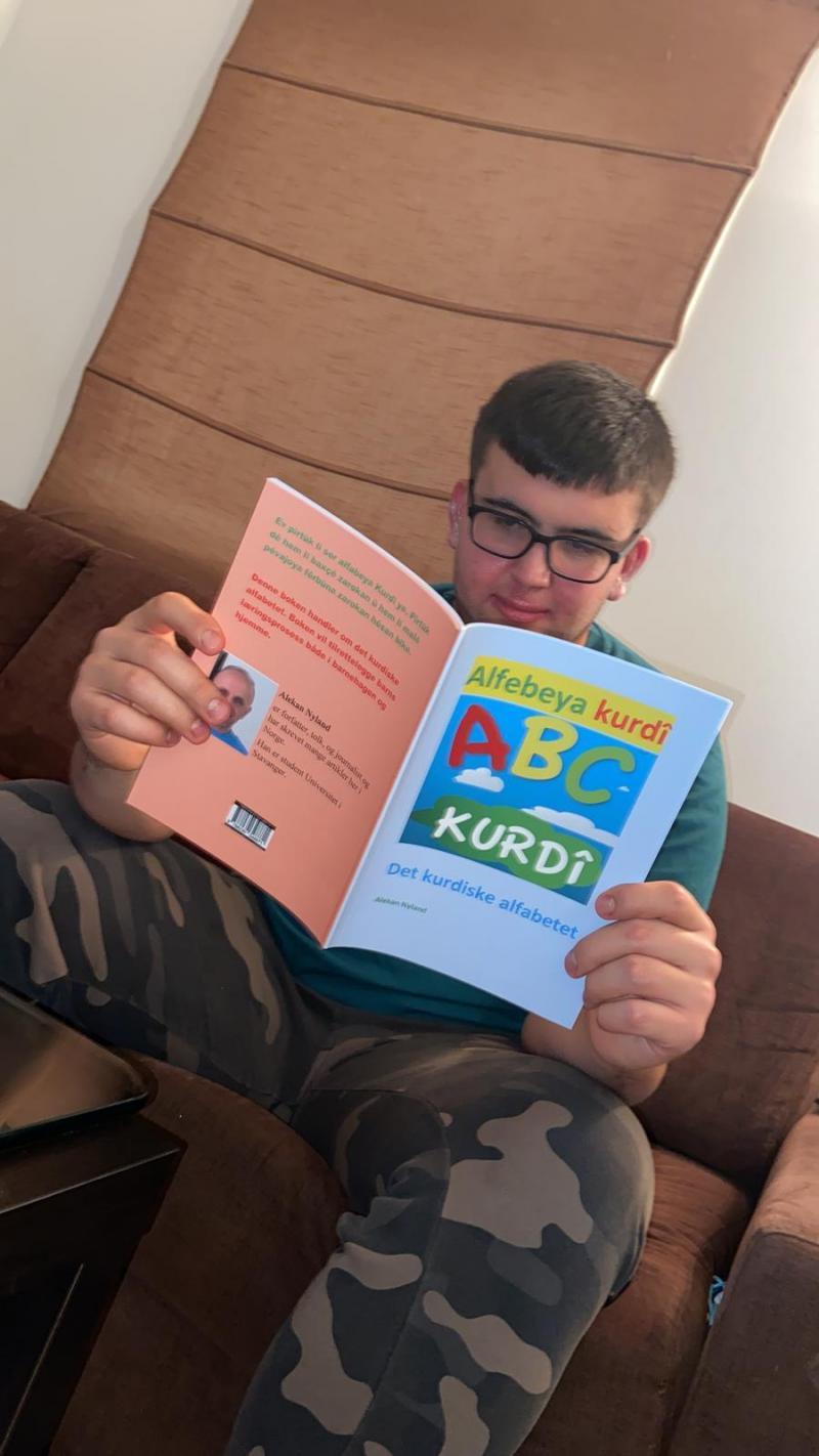 """Norveç'te, ilk Kürtçe kitap, """"Alfabeya Kurdi"""" yayınladı (Umer Mirza).jpg"""