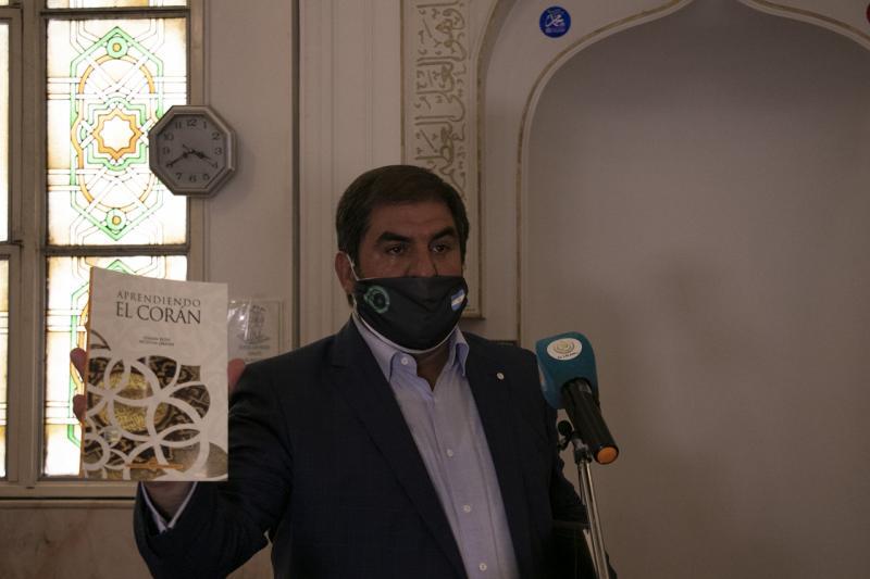 rjantin İslam Merkezi Başkanı Anibal Bashir Bakir, başkent Buenos Aires'teki Al Ahmad Camisinde Cuma namazının akabinde düzenlenen törende konuşma yaptı..jpg