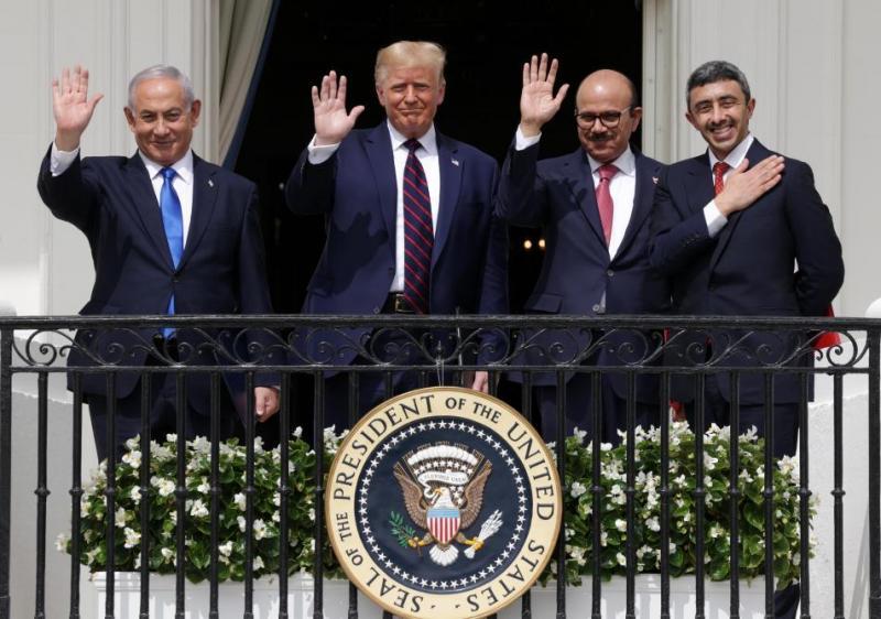 Başbakan Netanyahu ve Başkan Trump ile Bahreyn Dışışleri Bakanı Abdullatif Zeyani ve BAE Dışişleri  Bakanı Abdullan bin Zayid El Nehyan. ABD gözetiminde İsrail-Körfez ittifakı ,.jpg