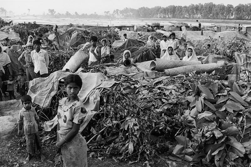 Rohingyalı mülteciler güney Bangladeş'teki bir kampa sığınaklar kurdu, 1991 Fotoğraf Liba Taylor Photography.jpeg
