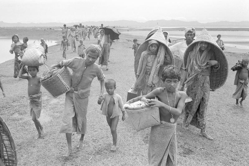 Rohingyalı mülteciler, Ağustos 1978'de Burma'dan Bangladeş'e kaçtılar. Kalan birkaç eşyalarını taşıyorlar  Fotoğraf United States Holocaust Memorial Museum (USHMM).jpeg