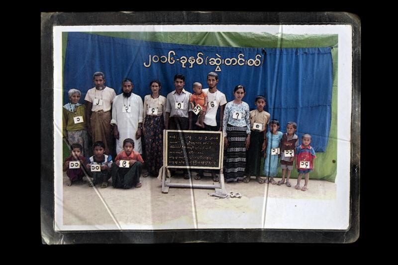 2016 yılında Tula Toli köyünden bir aile. Yetkililer, bu fotoğrafta onları beyaz numaralı kartlar takmaya zorladı Fotoğraf Greg Constantine.jpeg