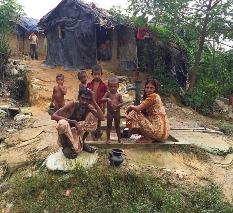 Khutuphalong Kampı'nda bir su kuyusu ve Arakanlılar.jpg