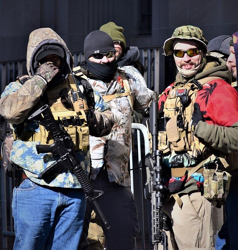 Boogaloo Boys, Hawai tarzı tişortleri  ve askeri giysileriyle göze çarparlar. .jpg