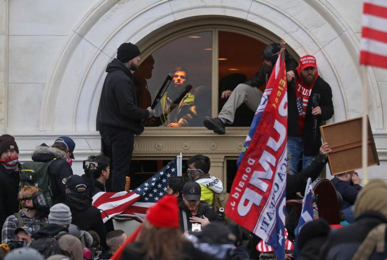 Camları kırıp Pencelerden Kongre binasına giren aşırı sağcı bir grup-Kaynak-Leah Millis fotosu-Reuters.jpg