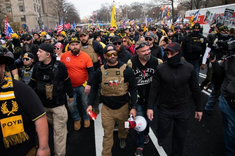 Proud Boys örgütü lideri Enrique Tarrio, Başkan Trump'ı destekleyen grubunun önünde yürüyerek protesto mitingine katılıyor. .jpg