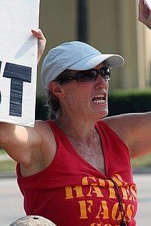 Westboro Kilisesi militanı Shirley Phelps, Kansas-Topeka'da homoseksüellere karşı protesto eylemi yapıyor. .jpg