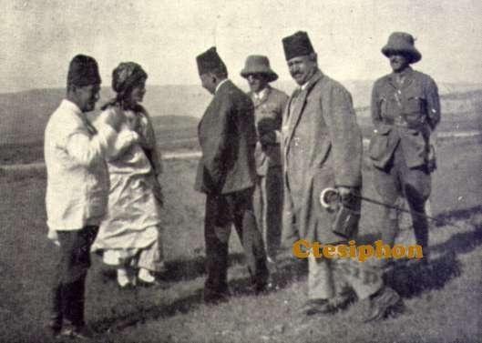 Adile Xanım Kürt, Türk, Arap ve İngiliz görevlilerle birlikte .jpg