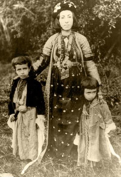 Adile Xanım, iki oğlu İzzet Beg ve Ahmed Beg ile-1905- kaynak-Anne Jaff.jpg