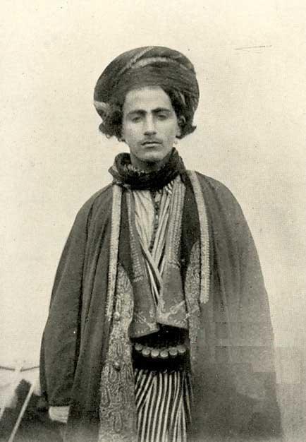Caf oymaklarından birinin genç reisi-1910-kaynak-Soane 1912.jpg