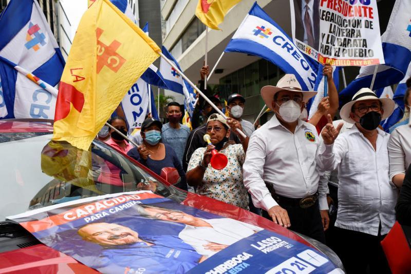 Guillermo Lasso'nun destekçileri, 4 Şubat'ta Ekvador, Guayaquil'de düzenlenen kapanış kampanyası mitinginden önce bir araya geldi Santiago Arcos Reuters.jpg