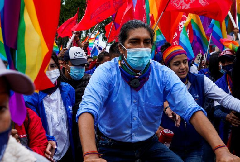 Ekvador cumhurbaşkanı adayı Yaku Perez, 4 Şubat'ta Ekvador'un Cuenca kentinde düzenlenen kapanış kampanyası mitinginde bisikletine biniyor Fernanda Garcia Reuters].jpg