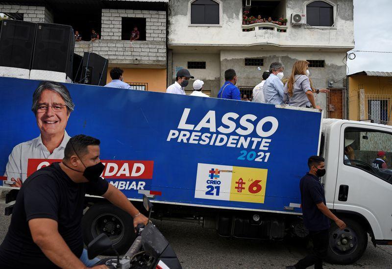 Başkan adayı Guillermo Lasso, Ekvador, Guayaquil'de bir kampanya karavanı sırasında bir kamyonete biniyor Santiago Arcos Reuters.jpg
