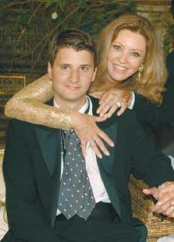 Georgina Rızk,  öksüz oğlu Ali'yle birlikte.jpg