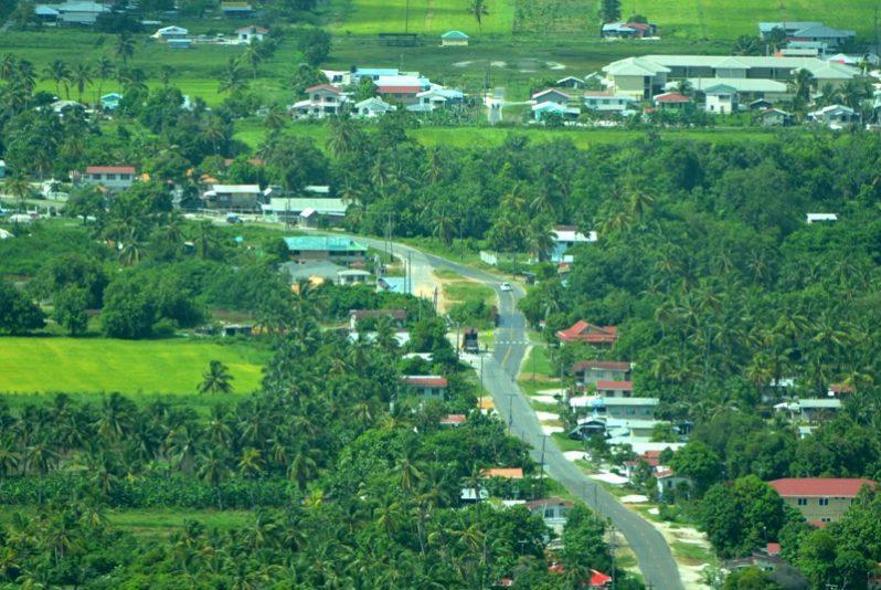 Pomona ve Riverstown köylerine yakın Essequibo Kıyısı'ndaki halka açık yol.jpg