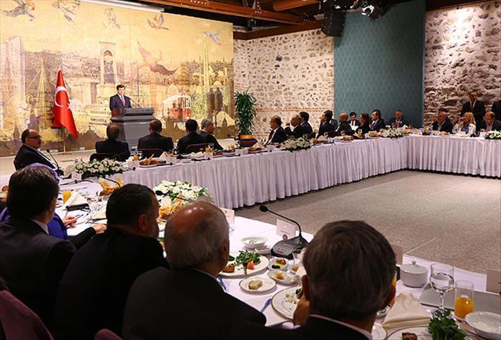 Dönemin Başbakanı Ahmet Davutoğlu'nun Akil İnsanlar Heyeti ile bir araya geldi