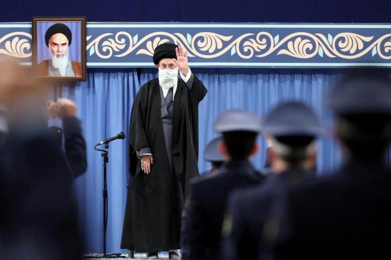 Ali Hameney, İslam Devrimi'nin 42. yıldönümünde Hava Kuvvetleri Komutanlarını huzuruna kabul ediyor.-kaynak-AFP.jpg
