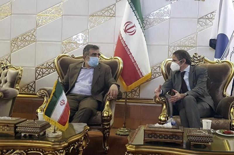 İran Enerji sorumlusu Behruz Kemalwendi ile UAEK müdürü Rafael Grossi görüşmede-kaynak-AP.jpg