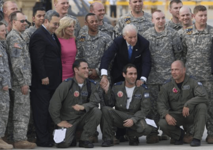 Joe Biden ile eşi,  uçağının pilot tamamı ve İsrailli askerlerle çektirdiği fotoğrafı-foto-archive.boston.com_.png