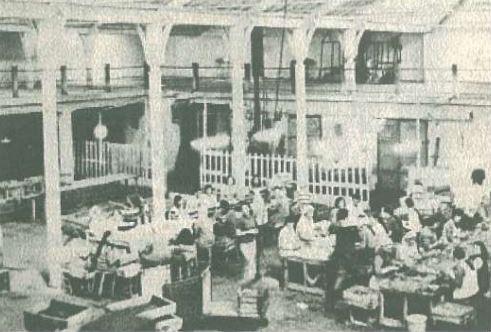 """İzmir İktisat Kongresi""""nin toplandığı salonun bir bölümü. Yıl 1974, aynı salon incir ve tütün işletmesi olarak kullanılıyor add.JPG"""