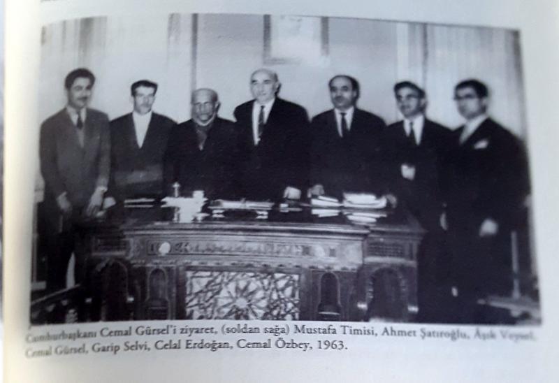 Timisi ve dernek arkadaşları Âşık Veysel ile birlikte Cumhurbaşkanı Cemal Gürsel'i ziyaret ederken,-1963 .jpg