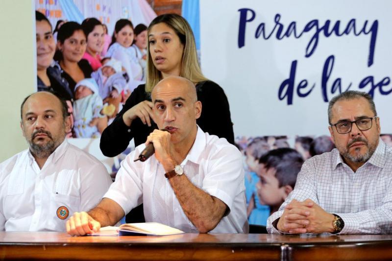 Paraguay Sağlık Bakanı Julio Mazzoleni, Paraguay'ın 7 Mart 2020'de Asuncion, Paraguay'da teyit edilen ilk koronavirüs vakasını kaydettiğini duyurduğu basın toplantısında medyaya konuşuyor Reuters.jpg