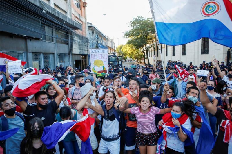 Paraguaylılar, Başkan Mario Abdo Benitez'in sağlık politikalarını ve Asuncion'da Kovid-19 aşılarının olmamasını protesto ediyor Cesar OlmedoReuters.jpg