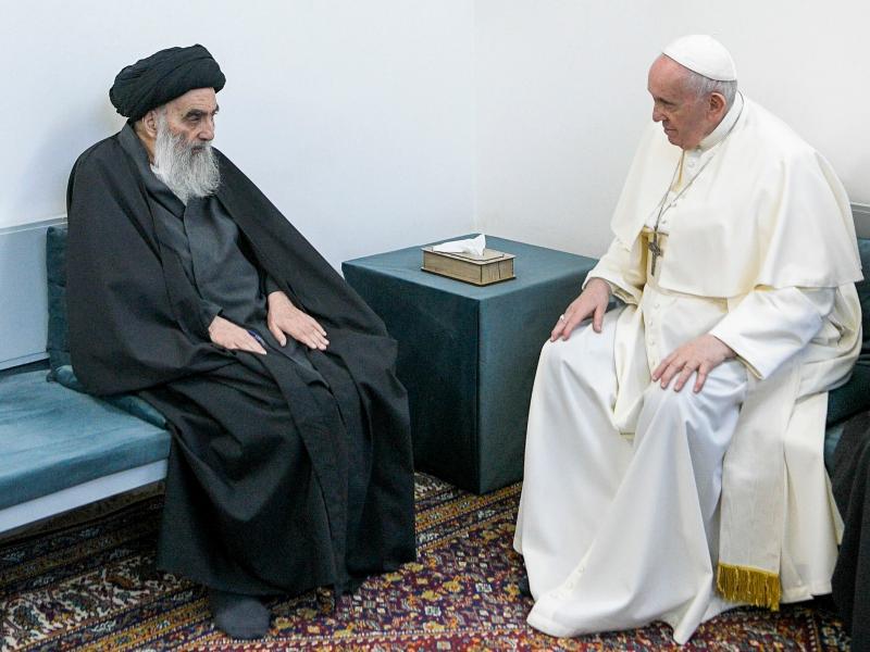 Irak'ı ziyaret eden Papa Francis, Necef'te Şii lider Ayetullah Ali Sistani'yle bir araya geldi (AFP).jpg