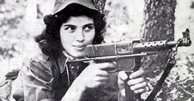 Cezayir Savaşı'ında silahlı kadın direnişçi.jpg