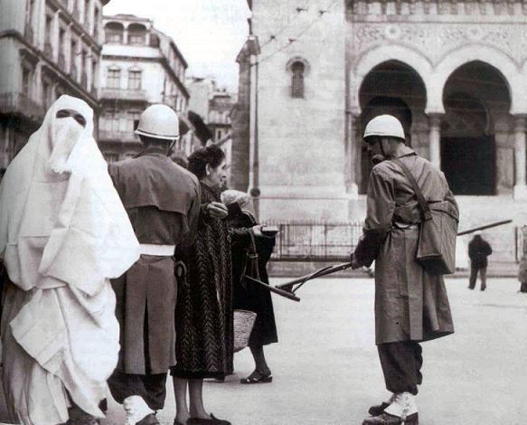 Cezayir'de sokak araması-1957.jpg