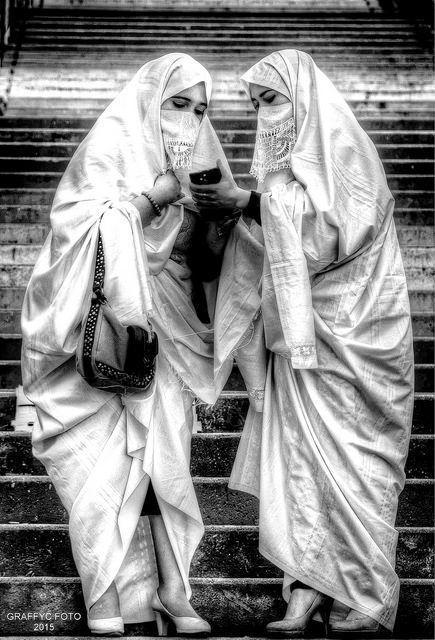 Cezayirli Kadınlar geleneksel örtüleriyle faaliyette.jpg