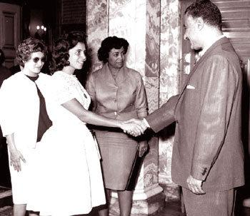 Mısır lideri Cemal Abdulnasır, Cezayir direnişinin simgesi üç kadını kabul ediyor_.jpg