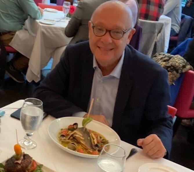 Moris Levi ABD'de lezzetli bir yemeğin başlangıcında.jpg