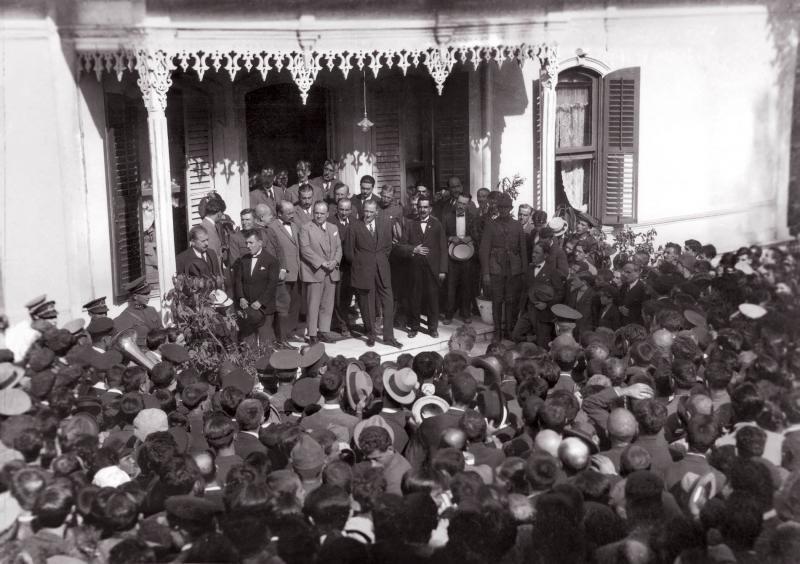 Atatürkün-Bursa-gezisi-Hünkâr-Köşkü-önünde-28-Eylül-1925 mustafakemalim.com_.jpg