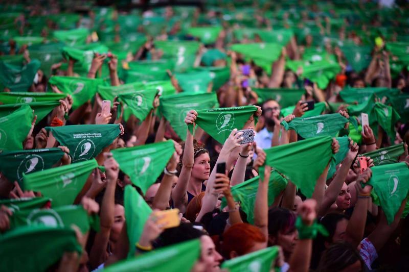 Arjantin'de 19 Şubat 2020'de Buenos Aires'te binlerce kadın kürtajın suç olmaktan çıkarılmasını talep eden yeşil başörtüler taşıyor AFP Ronaldo Schemidt.jpg