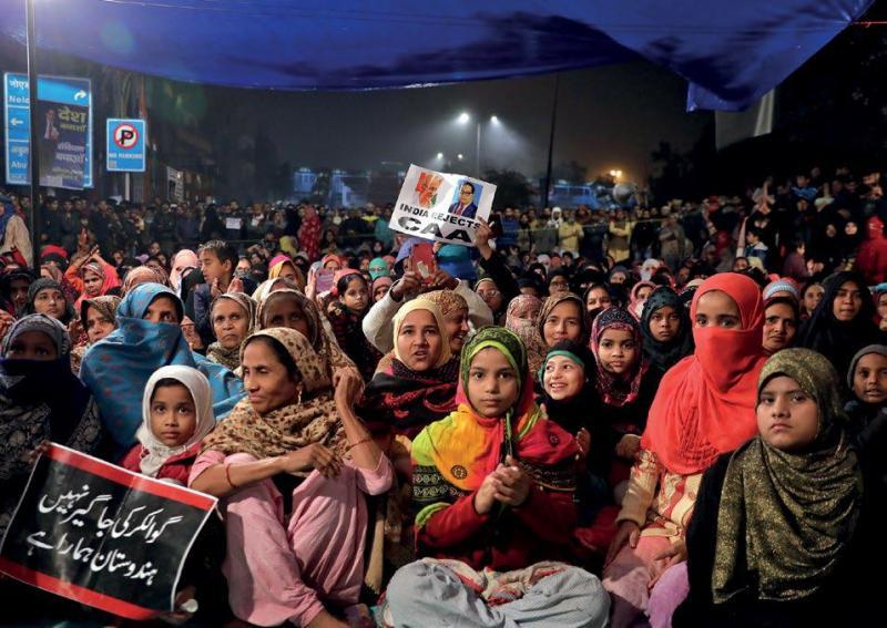 21 Aralık 2019, Yerli halk, başkent Yeni Delhi'de çıkarılmak istenen yeni vatandaşlık kanununu protesto etmek için beklerken. Fotoğraf; Anushree Fandavi-Reuters..jpg