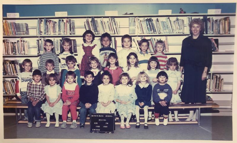 Regina'daki Ruth M. Buck Okulu'ndan bir anaokulu sınıfı fotoğrafı - Yeun, sağ altta.jpg