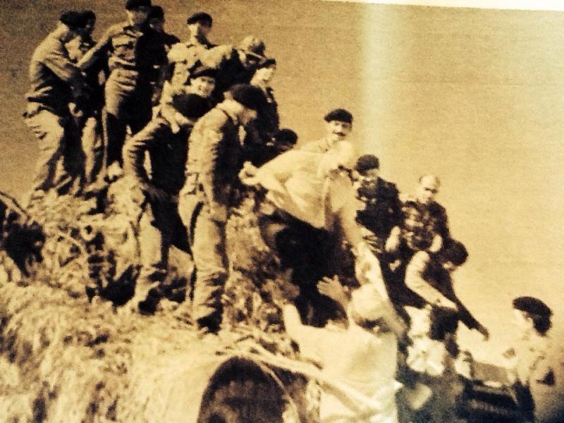 Harekat sırasında, Girne'ye giren ilk Türk tankın üzerine çıkıp askerleri selamlayan Rauf Raif Denktaş.jpg
