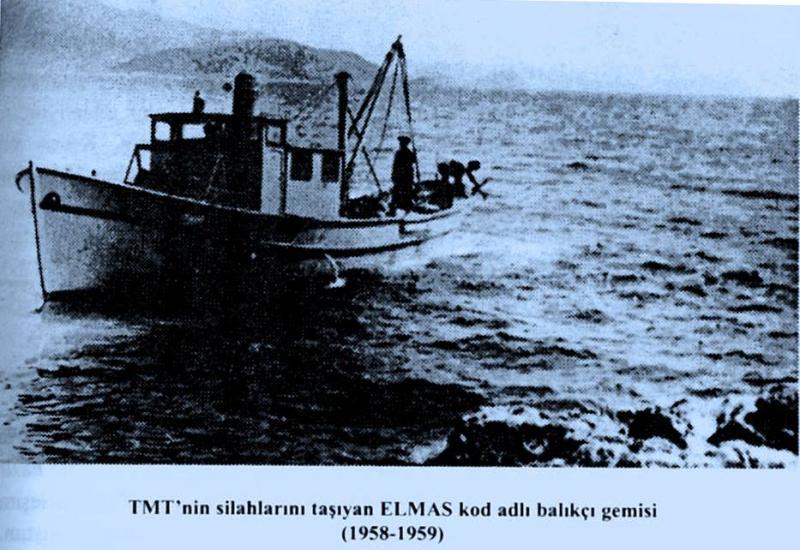 1958-59'lı yıllar, Erenköy kıyısında bir balıkçı teknesi; içerisinde gerçek balıkçı ve birkaç TMT üyesi askerle, mücahitlere ve adadaki askerlere mühimmat ulaştırıyor.jpg