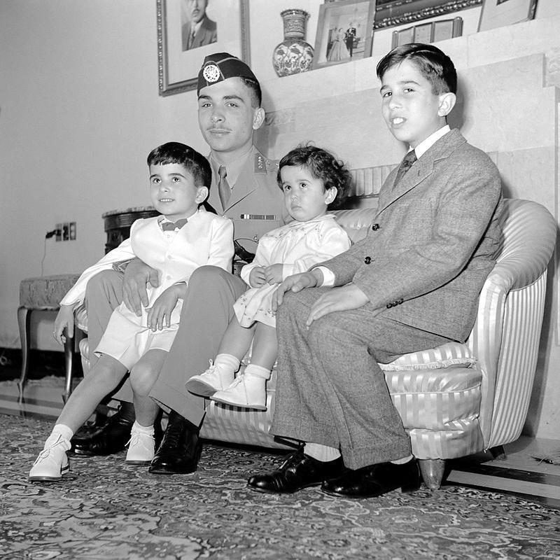 Prens Hasan, büyük kardeşi Kral Hüseyin ve ailesiyle birlikte, yıl 1950.jpg