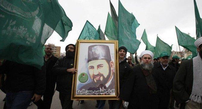 Beyrut'ta protestocular İhvan'ın tarihi lideri H. El Benne'nin posteriyle yürüyüş yapıyorlar-fotoğraf-Reuters.jpg