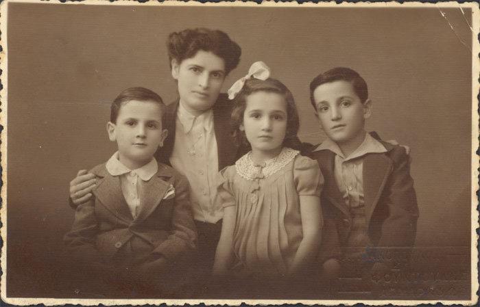 Theodoros Angelopoulos (fotoğrafın sağ ucunda) annesi ve kardeşleriyle, 1945.jpg
