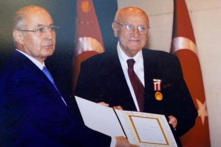 Jak Kamhi Cumhurbaşkanı Ahmet Necdet Sezer'in elinden Devlet Üstün Hizmet Madalyası'nı alıyor (2007.jpg