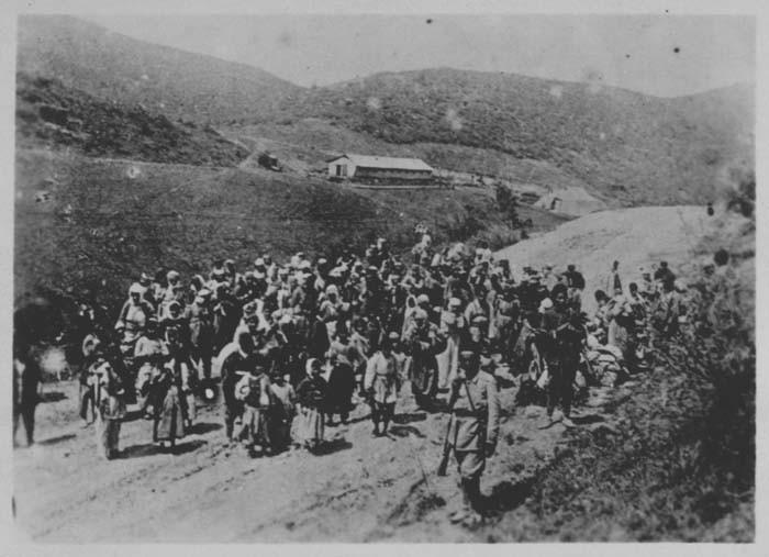 Osmanlı birliğinin gözetiminde sürgüne gönderilen Ermeniler.jpg