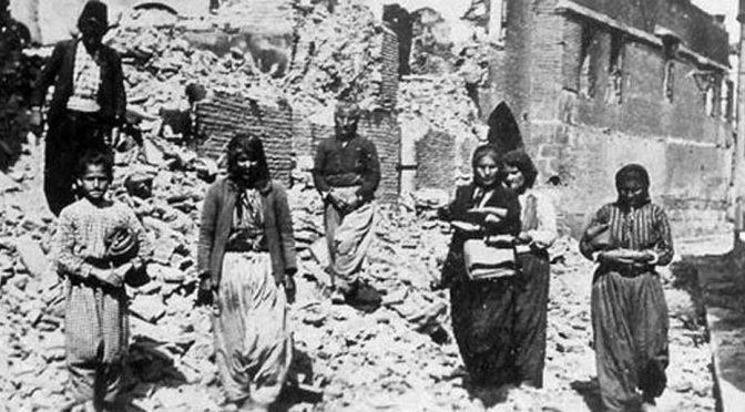 Yıkılan evler ve sağ kalmayı başaran Ermeni kadınları.jpg