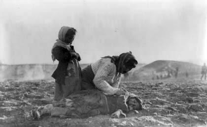 Ermeni kadın ölmüş çocuğunun başında.jpg