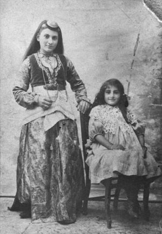 Ermeni kızın stüdyo fotoğrafı, 1895.jpg
