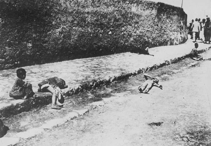 Meçhul bir kasabanın sokağında yatan sahipsiz Ermeni çocukları-1915.jpg